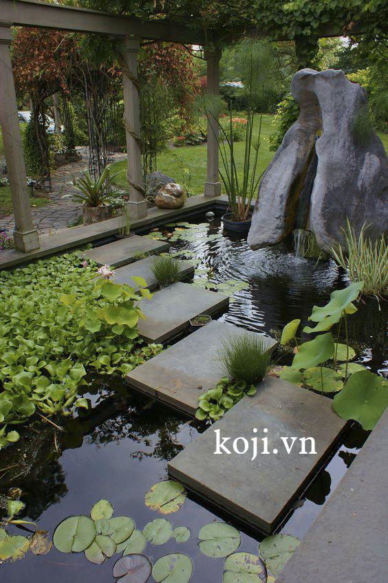 Thi công sân vườn với nền chủ đạo từ cây xanh, đá lát trắng và gỗ