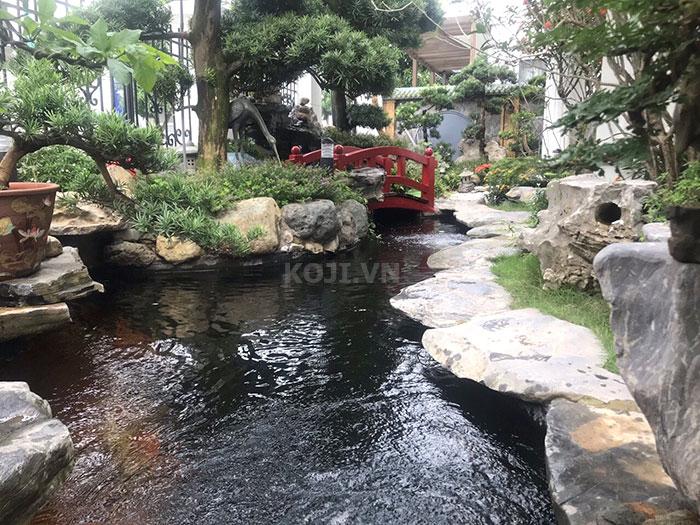 Sự kết hợp hài hòa trong thiết kế tiểu cảnh Nhật Bản giữa sân vườn áo cá và đá