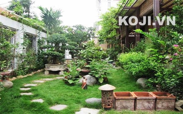 Mẫu sân vườn đẹp kết hợp nhiều loại cây cỏ mang đậm phong cách Việt Nam