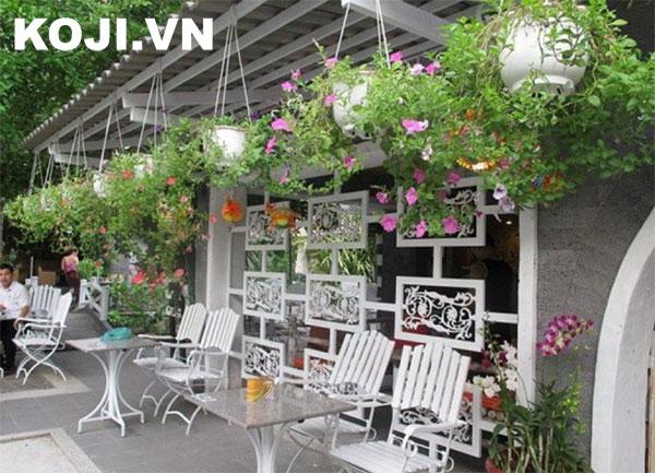 Café sân vườn tràn ngập các loại hoa
