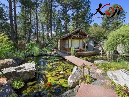 Sân vườn phong cách Nhật có hồ bao quanh