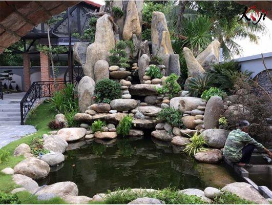 Hồ cá koi kết hợp mẫu hòn non bộ đẹp ở sân nhà