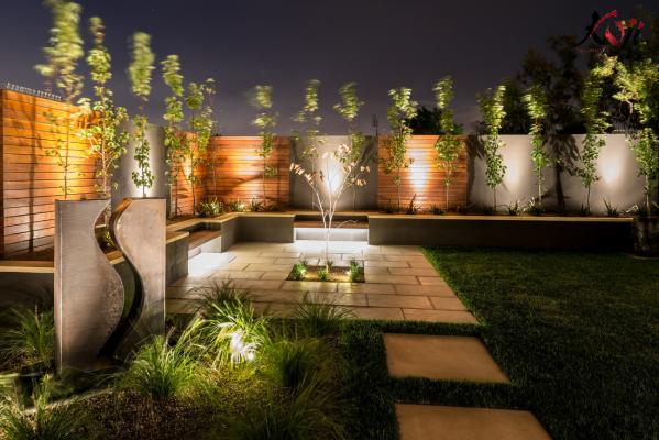 Sân vườn theo phong cách Châu Âu vào ban đêm