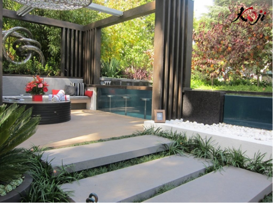 Lối đi vào sân vườn được thiết kế ốp lát đá