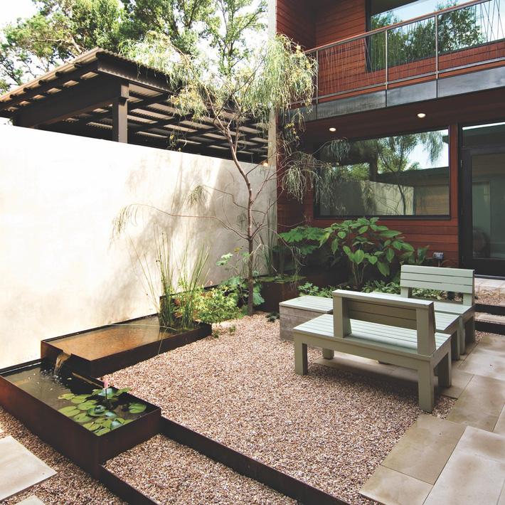 Trang trí sân vườn đẹp theo phong cách Nhật lát sỏi đá dưới sàn nhà