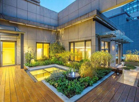 Vị trí ngay bên ngoài hành lang hội tụ đủ những yếu tố cần thiết cho một sân vườn Châu Âu