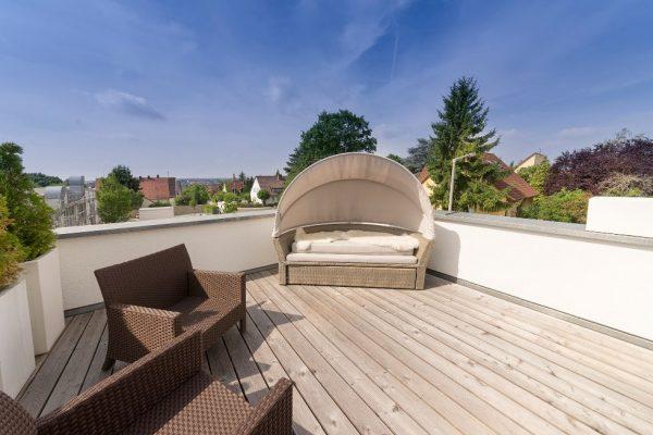 Với những bộ bàn ghế đơn giản trang trí dễ dàng cũng lấp đi khoảng chống cho sân thượng