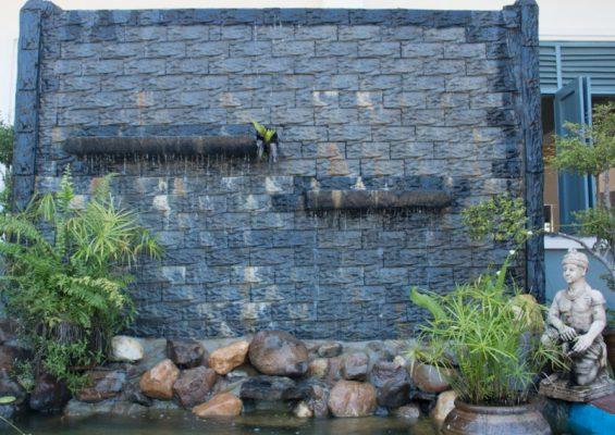 Mẫu tường nước cho hồ cá koi hiện nay