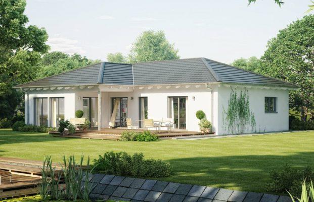 Sân vườn rộng trải thảm cỏ xanh mướt bao quanh khu nhà