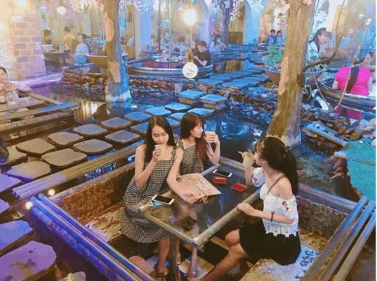 Nhiều khách hàng trẻ tuổi cũng yêu thích mô hình quán cafe hồ cá koi