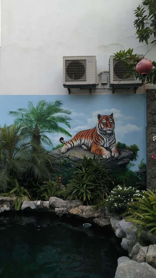 Tranh tường trong sân vườn nhà biệt thự kết hợp hồ cá koi