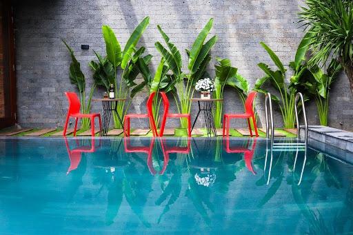 Sử dụng đá ong xám ốp tường resort khuôn viên bể bơi