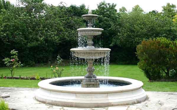 Đài phun nước trong khu vườn phong cách châu Âu