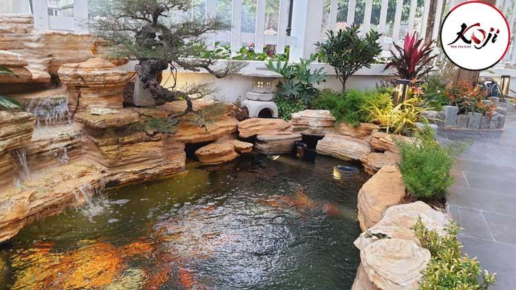 Hồ cá được thiết kế sáng tạo, như 1 kênh suối nhỏ kết hợp cùng bậc đá giúp dễ dàng cho việc di chuyển