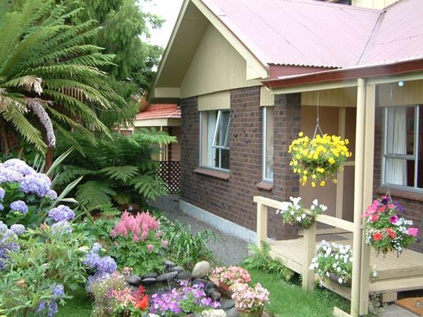 không gian thư giãn lý tưởngThảm cỏ xanh nhân tạo giúp tạo màu xanh mướt cho sân vườn nhỏ