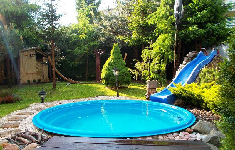 Một hồ bơi được xây dựng trong một sân vườn rộng sau nhà