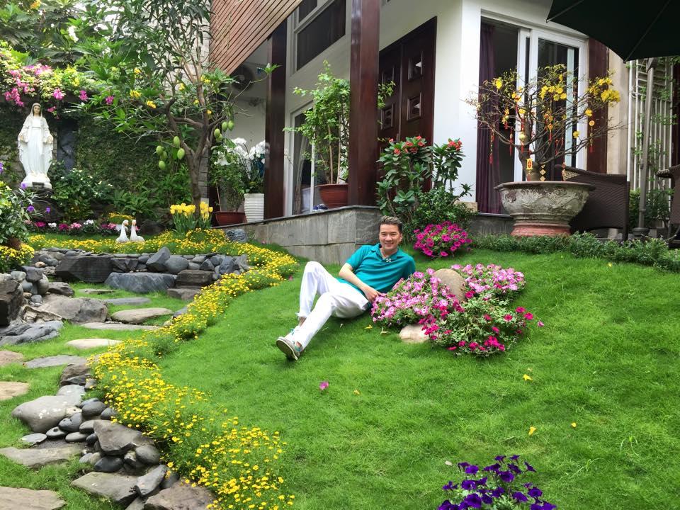 Sân vườn với chủ đạo một loại hoa theo bố cục cân xứngNhững lối đi rộng rãi giữa thảm xanh