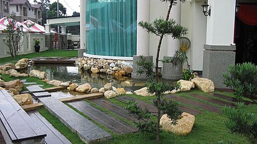Lối đi sân vườn sau nhà nên sử dụng các phiến đá mỏng tạo phong cách đặc trưng