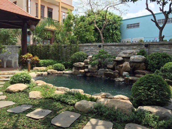 Sân vườn sau nhà thiết kế làm khu vui chơi nghỉ ngơi hay đọc sách cho các thành viên gia đình