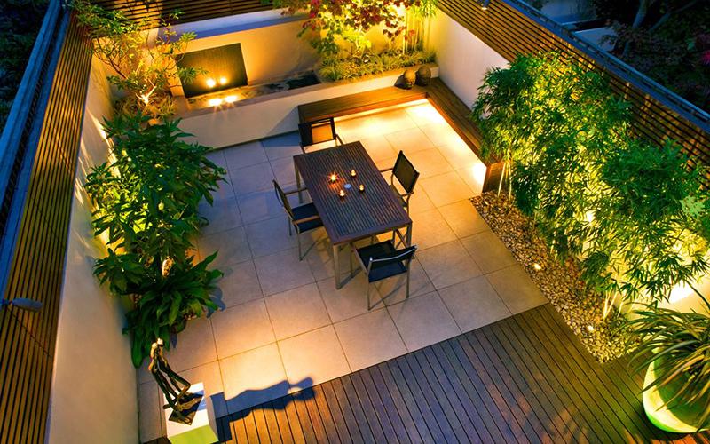 Thiết kế tường có khe hở, trồng cây xen kẽ lấy ánh sáng tự nhiên cho sân sau