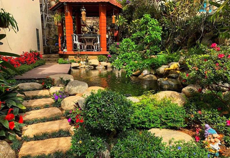 Thiết kế sân vườn đằng sau nhà có diện tích rộng